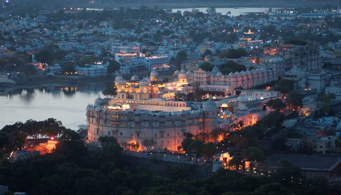 2048px-Evening_view,_City_Palace,_Udaipur